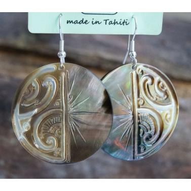 Boucles d'oreille ciselée nacre de Tahiti