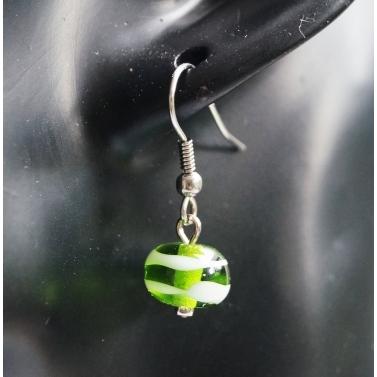 Boucle d'oreille en verre filé verte translucide